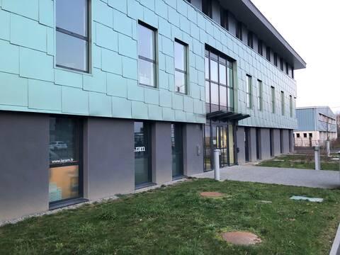 plateforme de contrôle de Pôle emploi à Rennes, située au 1 Allée de la Guérinière, au premier étage d'un batiment moderne à la facade verte au dessus des locaux de la RAM